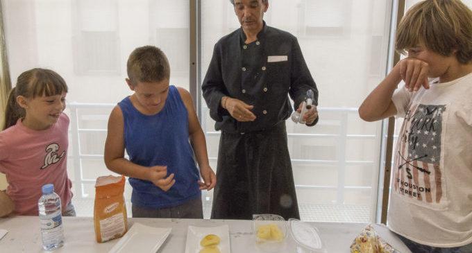 La Casa de la Dona imparteix valors d'igualtat amb cursos de cuina per a xiquets