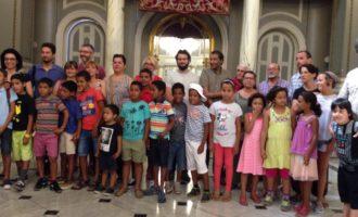 Reben els xiquets i xiquetes sahrauís del programa Vacances en Pau