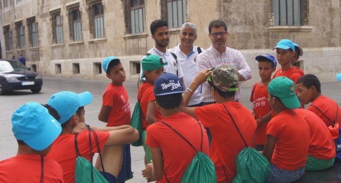 Emili Altur rep a la selecció sahrauí aleví que participa en el torneig de futbol COTIF promeses