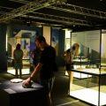 Els visitants de l'exposició 'Els nostres dinosaures' poden tocar diverses peces reals del Mesozoic