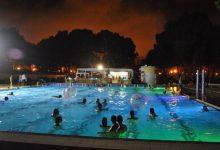 Las noches de verano son más refrescantes en la piscina del Parque del Oeste
