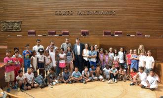 """Els xiquets sahrauís de """"Vacances en Pau"""" visiten el parlament"""