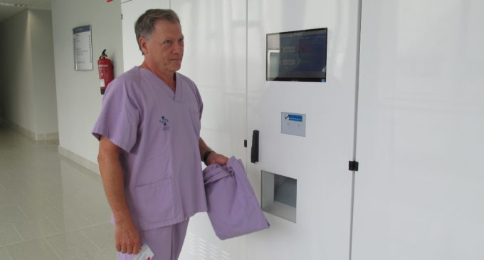 L'hospital de Gandia posa en marxa un sistema de dispensació automàtica dels uniformes