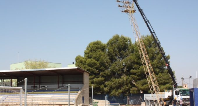 L'Ajuntament de Catarroja retira les torres d'il·luminació del camp de futbol Mundial 82