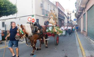 La Verge dels Àngels recorre Mislata en un carro d'horta i sota un mantell de coets de luxe