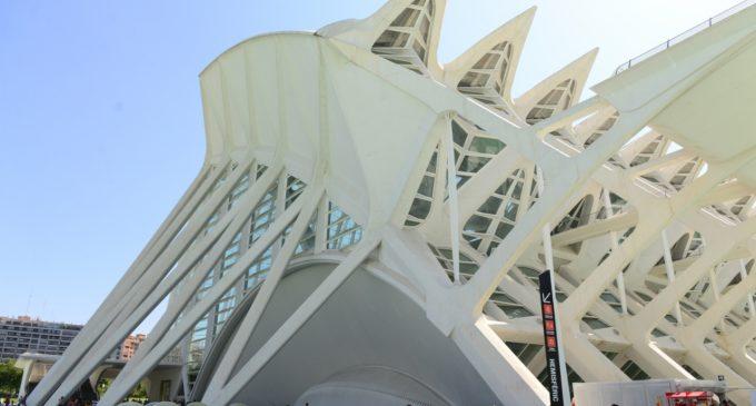 Els visitants del Museu de les Ciències descobreixen com funcionen les ones de so en els arcs comunicants