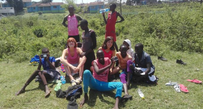 Maria Ferrer ensenyava hoquei amb branques i boles improvisades en Kenya