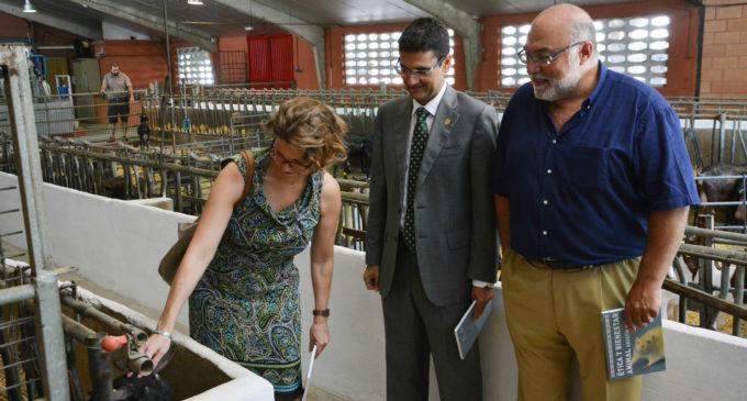 La consellera d'Agricultura, Medi Ambient, Canvi Climàtic i Desenrotllament Rural, Elena Cebrián, ha visitat l'Institut Universitari d'Investigació de Ciència i Tecnologia Animal