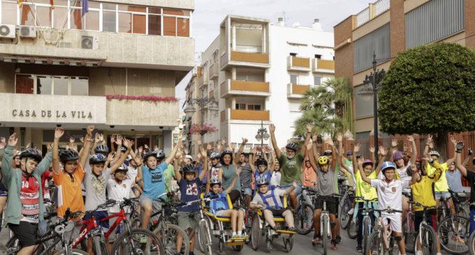 Els alumnes de l'IES Martín i Soler celebren el Dia sense cotxes amb una marxa ciclista per la ciutat