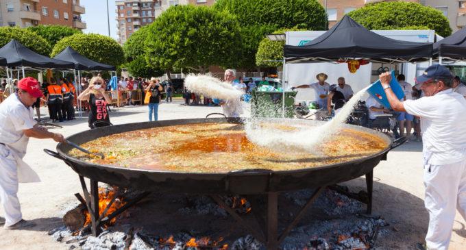 Mislata despedeix les seues festes més participatives amb molta pólvora i una paella gegant