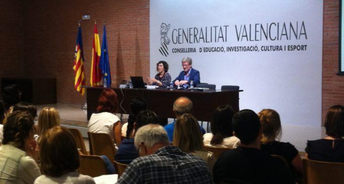 Educació acull en una jornada d'orientació els 123 auxiliars de conversa que han iniciat les seues classes als centres educatius valencians