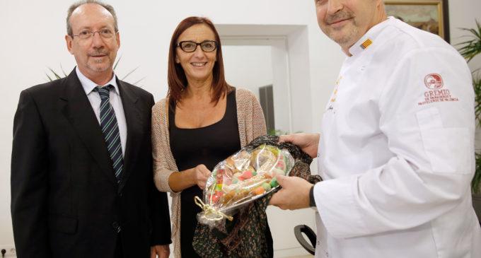 El gremi de forners i pastissers de València lliura la Mocadorà a Maria Josep Amigó