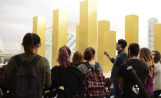 Alumnes de Belles arts estudien la llum en l'obra 'The Sky Over Nine Colums' de Heinz Mack
