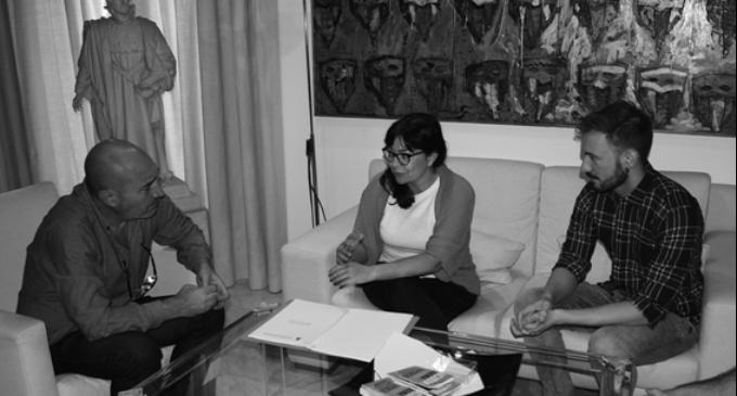 L'Àrea de Cultura rep una delegació de Benirredrà interessada en iniciar un estudi tècnic sobre el valor cultural de la cova de la Terreta