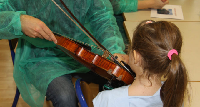 El Palau de la Música oferix un taller didàctic a l'aula de xiquetes i xiquets hospitalitzats de La Fe