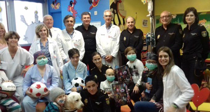 Els xiquets ingressats en l'Hospital Clínic de València reben la visita de la Policia Nacional