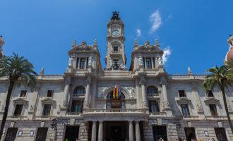 La façana de l'Ajuntament lluirà demà un llaç roig en commemoració del Dia Mundial de Lluita contra el VIH-SIDA