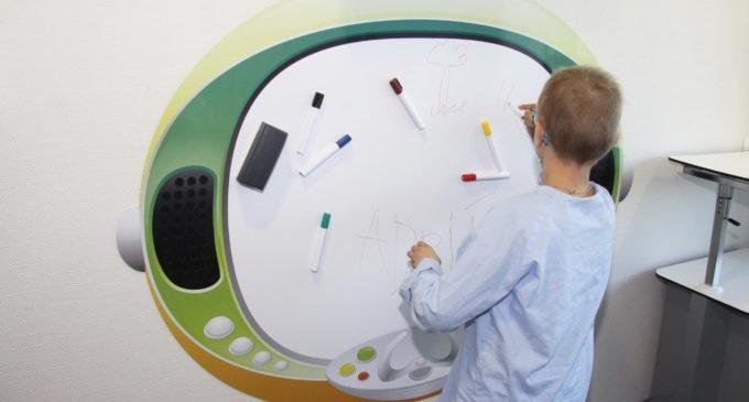 L'Hospital La Fe decora una sala de tècniques en Oncologia Pediàtrica amb motius espacials