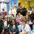 Agents dels Cossos de Seguretat i jugadors del València Basket visiten les àrees de Pediatria dels hospitals valencians