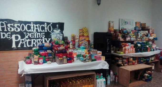 L'Associació Veïnal de Patraix reparteix els lots de la recollida solidària d'aliments