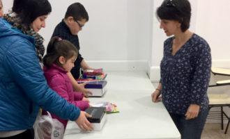 Cáritas Paiporta reparte el material y equipamiento escolar del proyecto 'Refuerzo Educativo 2016'