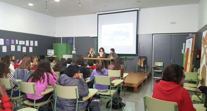 Alumnes de l'Institut Peset Aleixandre fan una donació econòmica a favor de les dones maltractades