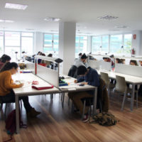 estudiantes-en-el-aula-de-estudio-de-la-fabrica-2
