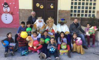 Els Reis Mags repartixen joguets entre els menors en risc d'exclusió de Paterna