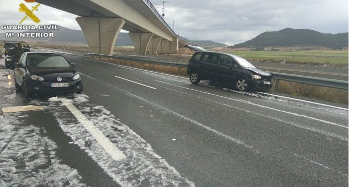 Un Guardia Civil auxilia a cinco personas que habían sufrido un accidente en la autovía A-35 en el tramo al límite de la provincia de Albacete