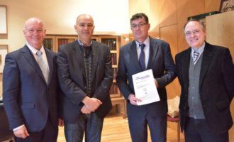 La Universitat d'Alacant lliura un exemplar de la revista de la University of California on s'ha publicat una conferència del President de Les Corts