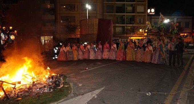 Les Falles de Paterna s'entreguen al foc en la nit de la Cremà