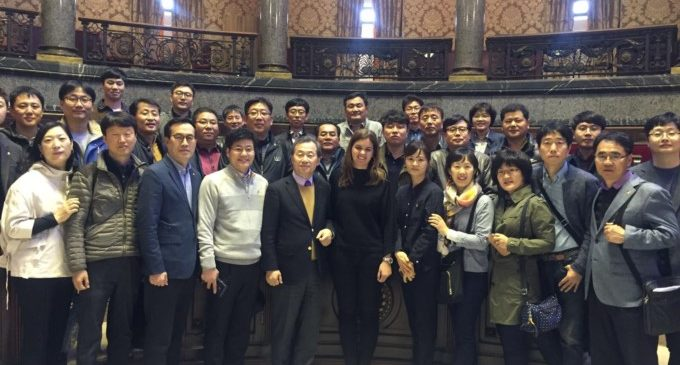 València rep la visita de 30 coreans de Pohang