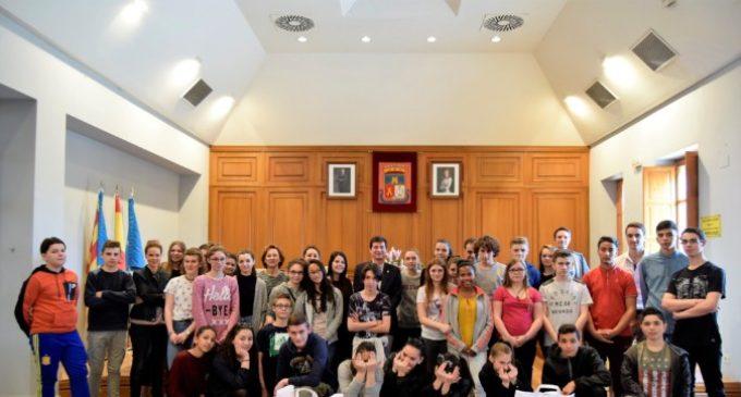 Joves francesos d'intercanvi amb l'IES Comarcal visiten l'Ajuntament de Burjassot