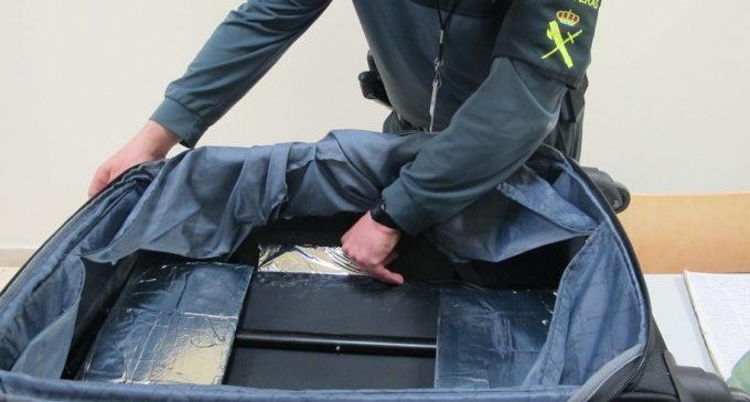 La Guàrdia Civil confisca en dues intervencions més de 2 quilos de cocaïna i 390 paquets de tabac ocultes en maletes en l'aeroport de València
