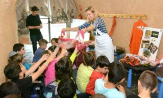 Paiporta recorda el seus orígens de treball artesà de la seda amb un taller al Museu de la Rajoleria