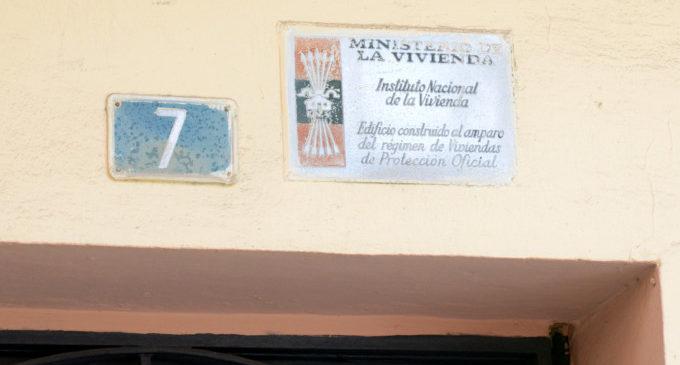 Substitució de les plaques amb simbologia franquista a edificis de Paiporta