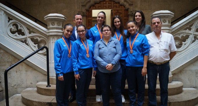 El Club de Gimnàstica Rítmica de Llíria comparteix amb la Diputació la seua medalla de bronze en la Copa de la Reina