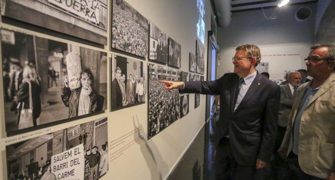 Ximo Puig visita la inauguració de 'La València d'El Flaco' en el Centre Cultural La Nau