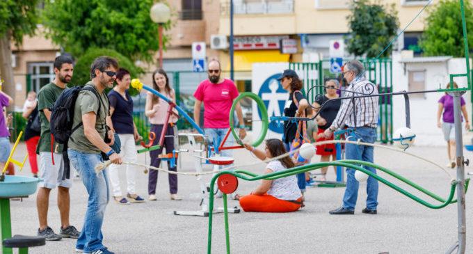 """Mislata inaugura els seus """"Patis dinàmics"""" amb una festa de jocs reciclats"""