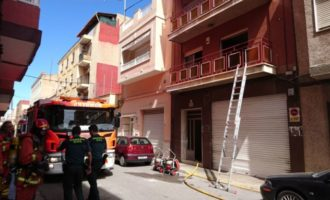 Un incendio en una vivienda de Alfafar obliga a evacuar el colegio colindante