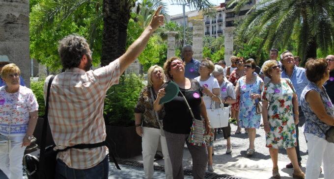 Un centenar de vecinos de Corbera y Palma de Gandía visitan la Diputación de Valencia
