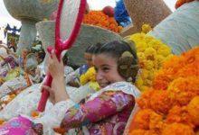 Treinta carrozas y cinco coches ligeros llenan de color la Batalla de Flores de València