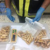 """La Policia Nacional deté a un home en l'aeroport amb 84 """"gles"""" de cocaïna en el seu cos"""