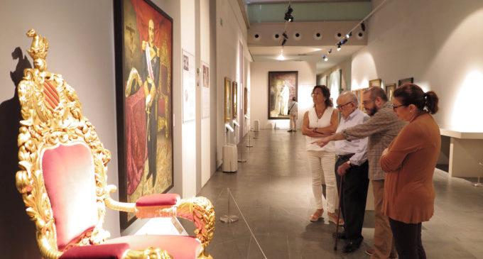 L'expresident Perelló Morales visita el seu retrat oficial a la mostra 'Les imatges del poder' del MuVIM