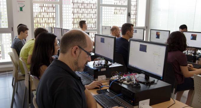 La robòtica, protagonista aquests dies en els cursos per a adults de la Fàbrica