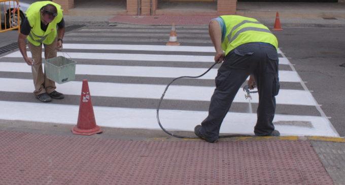 La Brigada municipal treballa en el manteniment de la senyalització viària als nostres carrers