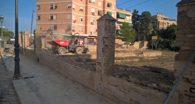 Demolició del mur que integrarà el nou jardí de Miniaturista Messeguer amb el Parc Lineal