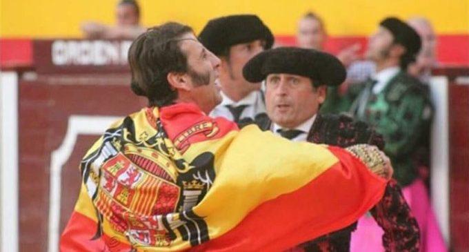El torero Juanjosé Padilla trau una bandera franquista en una plaça de bous