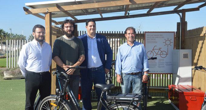 València instal·la bicis elèctriques carregades amb energia solar