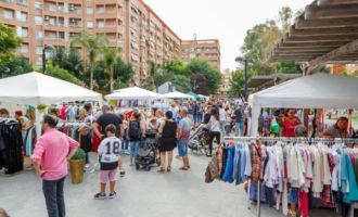 Una vintena de comerços de Mislata ixen al carrer per a liquidar les restes de la temporada d'estiu